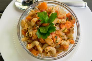 carrots with tomatoes and macaroni